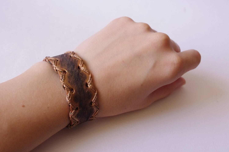 №123. Кожаный браслет, декорированный шнуром