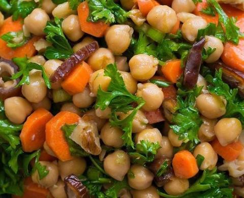 Салат с нутом, морковью, финикаи и орехами